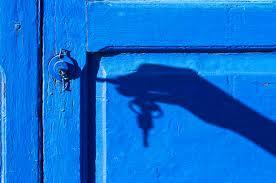mano con llave en la puerta